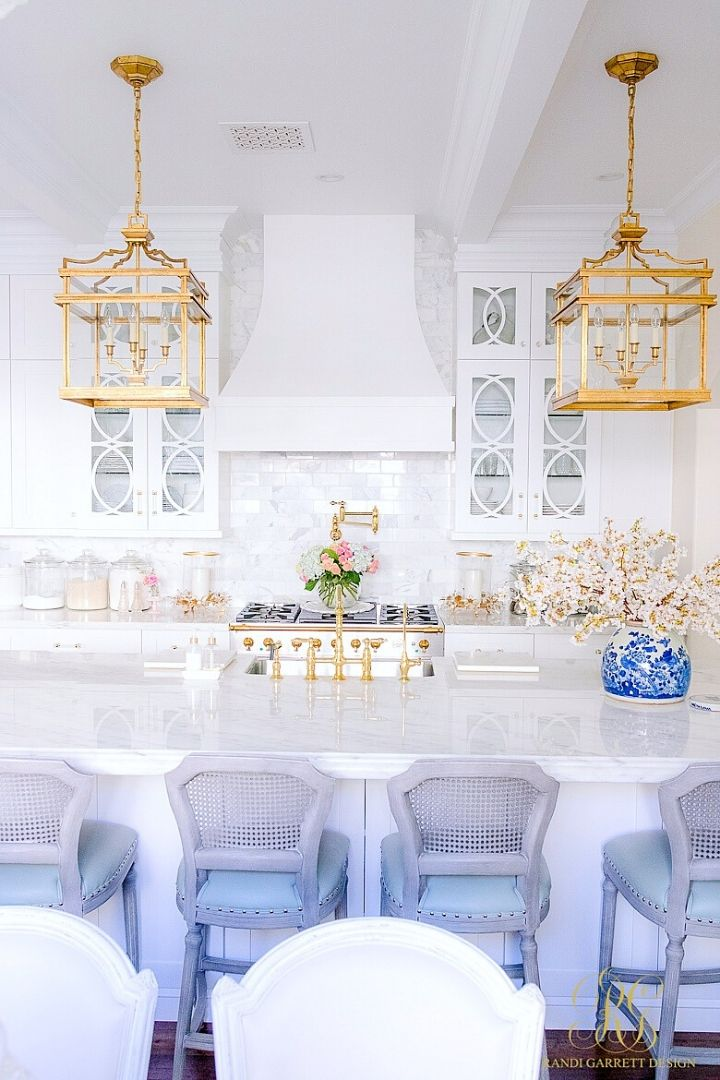 Source: randigarrettdesign.com // One of my all-time favourite ways to celebrate spring is to bring it indoors. Here are 10+ of my latest favourite springtime spaces to give you some serious spring interior inspiration! #spring #homedecor #springdecor #interiors #tulipandsage