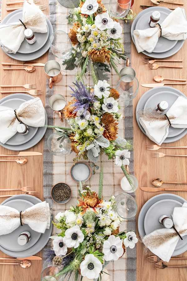 On this week's Friday Favourites find the benefits of gratitude, the prettiest tablescape you ever did see, and digital wallpaper freebies... #fridayfavorites