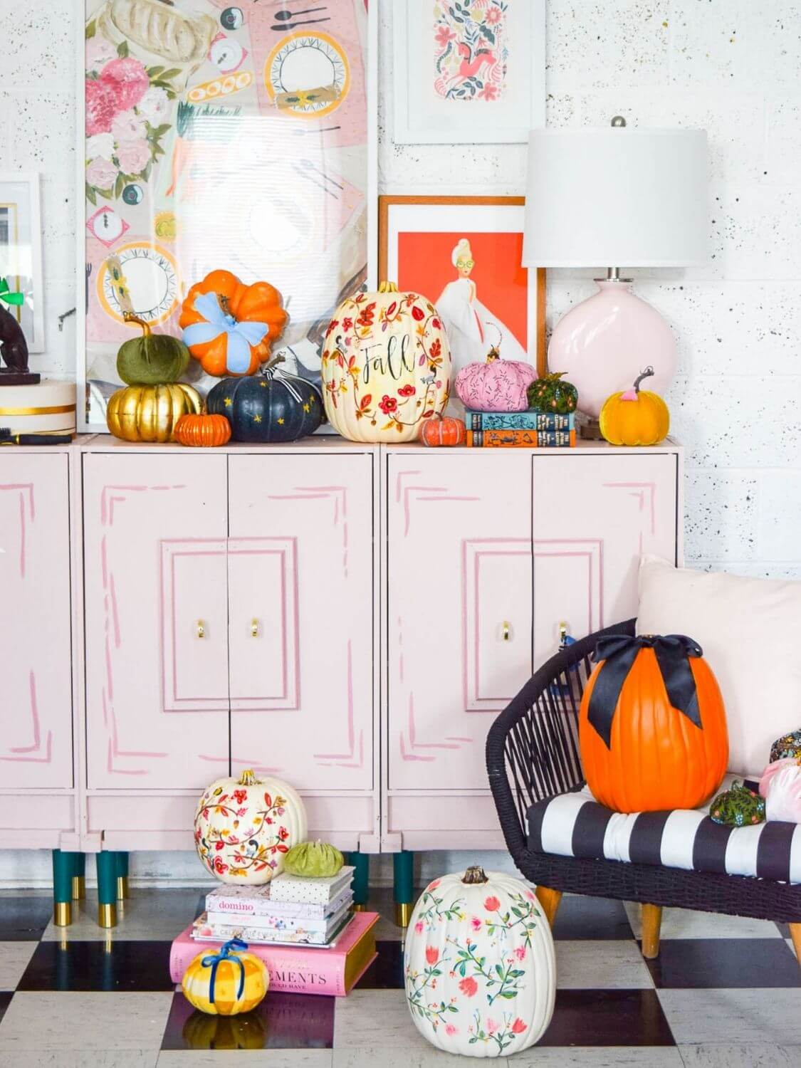 Looking for some no-carve pumpkin decorating ideas? Here are 20+ of the prettiest no-carve pumpkins you ever did see! #nocarvepumpkins #nocarvepumpkinideas #nocarvepumpkindecorating #halloweeninspiration