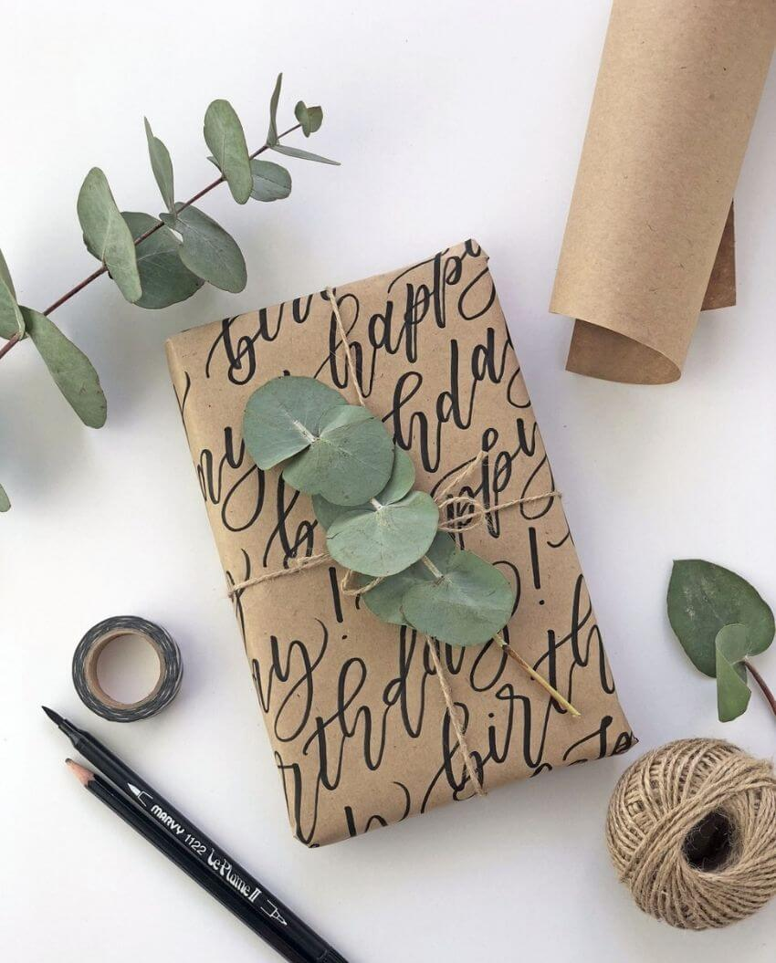 source: atiliay.com/ Who else loves brown paper wrapped gifts?  Looking for ways to use this paper this holiday season?  Here are our favourite brown paper gift wrap ideas! #brownpaperwrapping #brownpaperchristmaswrappingideas #diywrappingpaper #diywrappingideas