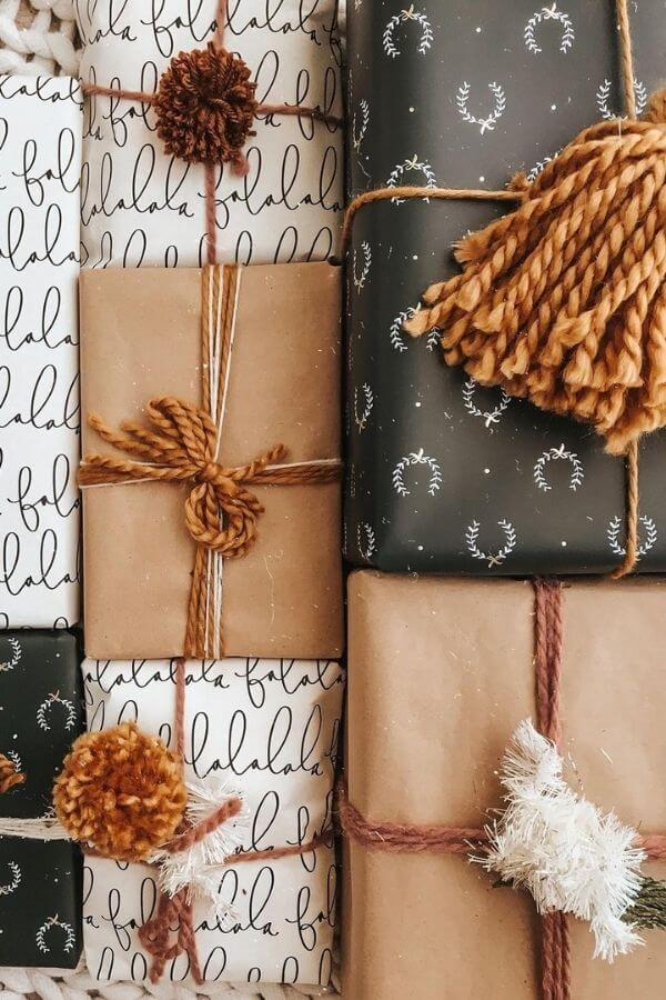 source: britthavens via instagram/ Who else loves brown paper wrapped gifts?  Looking for ways to use this paper this holiday season?  Here are our favourite brown paper gift wrap ideas! #brownpaperwrapping #brownpaperchristmaswrappingideas #diywrappingpaper #diywrappingideas