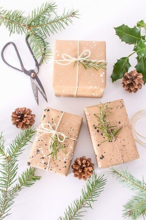 source: diyinpdx.com/ Who else loves brown paper wrapped gifts?  Looking for ways to use this paper this holiday season?  Here are our favourite brown paper gift wrap ideas! #brownpaperwrapping #brownpaperchristmaswrappingideas #diywrappingpaper #diywrappingideas