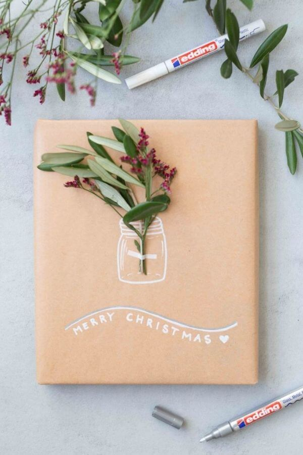 source: frischverliebt.net/ Who else loves brown paper wrapped gifts?  Looking for ways to use this paper this holiday season?  Here are our favourite brown paper gift wrap ideas! #brownpaperwrapping #brownpaperchristmaswrappingideas #diywrappingpaper #diywrappingideas