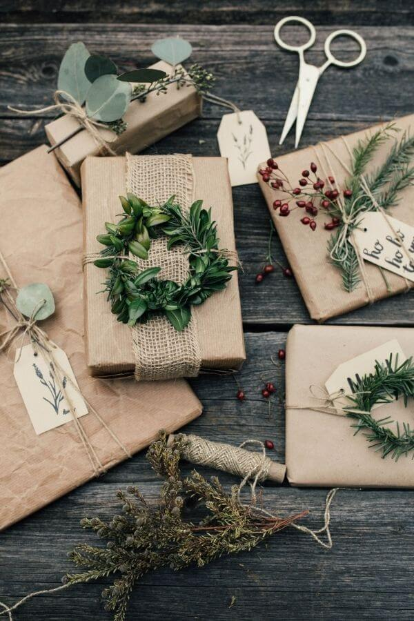 source: lisawagnerfotografie.com/ Who else loves brown paper wrapped gifts?  Looking for ways to use this paper this holiday season?  Here are our favourite brown paper gift wrap ideas! #brownpaperwrapping #brownpaperchristmaswrappingideas #diywrappingpaper #diywrappingideas