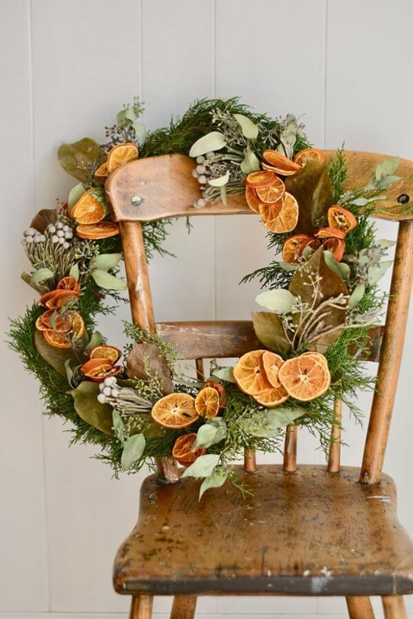 source: romantichomes.com/ If you're looking to get your DIY on this holiday season, we've rounded up our favourite beautifully festive DIY Christmas Wreaths that you'll want to try! #holidaywreaths #holidaywreathsdiy #holidaywreathschristmas #diychristmaswreaths