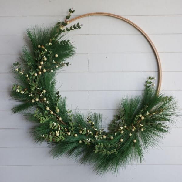source: sincerelysarad.com/ If you're looking to get your DIY on this holiday season, we've rounded up our favourite beautifully festive DIY Christmas Wreaths that you'll want to try! #holidaywreaths #holidaywreathsdiy #holidaywreathschristmas #diychristmaswreaths