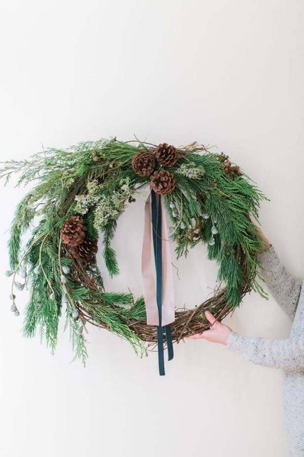 source: stylemepretty.com/ If you're looking to get your DIY on this holiday season, we've rounded up our favourite beautifully festive DIY Christmas Wreaths that you'll want to try! #holidaywreaths #holidaywreathsdiy #holidaywreathschristmas #diychristmaswreaths