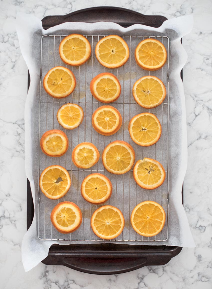Name a yummier pair than orange and chocolate!  If you're looking for a new healthy-ish treat recipe, give these Dark Chocolate-Covered Orange Slices a try! #chocolatecoveredorangesslices #chocolatecoveredoranges #darkchocolatecoveredoranges #darkchocolatecoveredorangeslices
