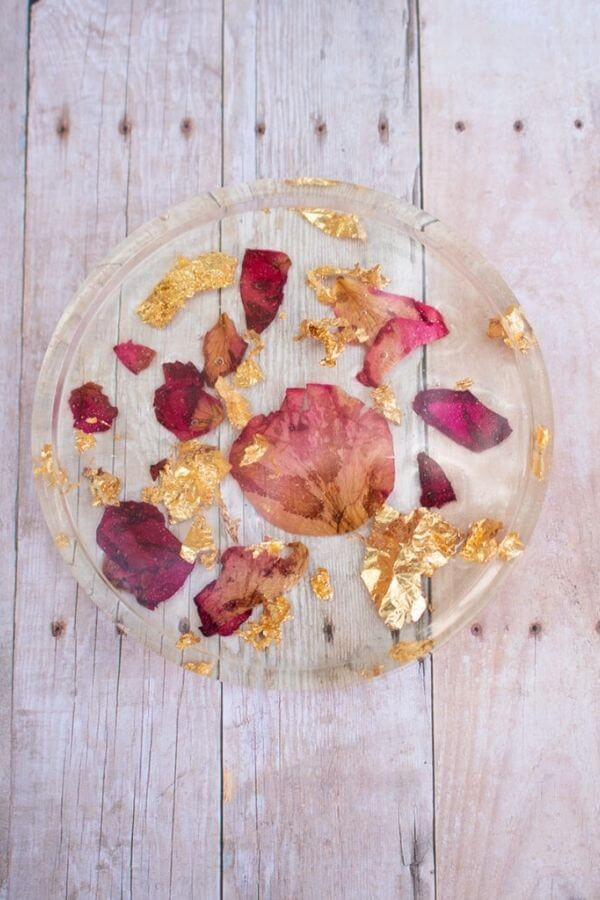 source: oliviaohern.com/ Looking for ways to hold onto your roses this Valentine's Day?  Here are 14 sweet and simple things to do with your leftover rose petals! #rosepetaldiy #rosepetaldiybeauty #rosepetaluses #thingstodowithrosepetals